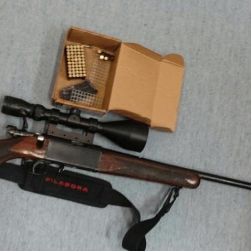 Policjanci z Dąbrowy Tarnowskiej zatrzymali 22-latka, u którego znaleziono broń i amunicję